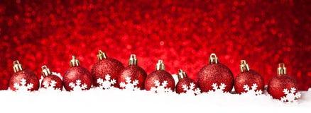 Beaucoup de boules de Noël dans la neige Photo stock
