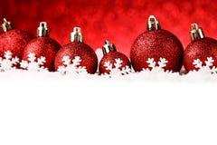 Beaucoup de boules de Noël dans la neige Images libres de droits