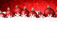 Beaucoup de boules de Noël dans la neige Photo libre de droits