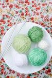 Beaucoup de boules lumineuses du tricotage sur le fond Photo stock