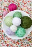 Beaucoup de boules lumineuses du tricotage sur le fond Image libre de droits