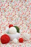 Beaucoup de boules lumineuses du tricotage sur le fond Photo libre de droits