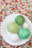 Beaucoup de boules lumineuses du tricotage sur le fond Photos libres de droits