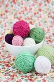 Beaucoup de boules lumineuses du tricotage sur le fond Photos stock