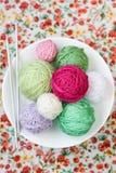 Beaucoup de boules lumineuses du tricotage sur le fond Images stock