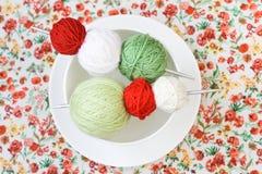 Beaucoup de boules lumineuses du tricotage sur le fond Image stock
