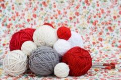 Beaucoup de boules lumineuses du tricotage sur le fond Photographie stock