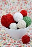 Beaucoup de boules lumineuses du tricotage sur le fond d'une fleur Photos libres de droits