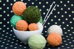 Beaucoup de boules lumineuses pour tricoter sur un fond Photo stock