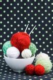 Beaucoup de boules lumineuses pour tricoter sur un fond Photos libres de droits