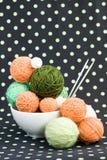 Beaucoup de boules lumineuses pour tricoter sur un fond Images stock