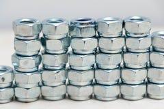 Beaucoup de boulons inoxydables de boulon en métal de chrome multiple images stock