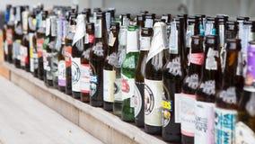 Beaucoup de bouteilles à bière vides photographie stock libre de droits