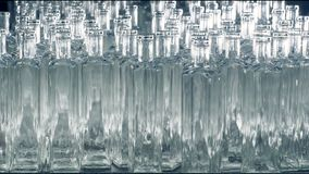 Beaucoup de bouteilles en verre sont placées sur une chaîne de montage à une usine 4K