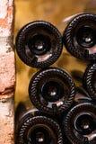 Beaucoup de bouteilles entre les briques rouges - postérieur photo libre de droits