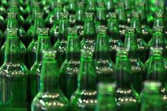 Beaucoup de bouteilles sur la bande de conveyeur dans l'usine images stock