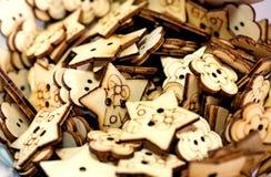 Beaucoup de boutons faits main en bois Images libres de droits