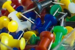 Beaucoup de boutons multicolores avec le plan rapproché d'astuce Photo stock