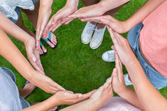 Beaucoup de bras des enfants avec des mains faisant le cercle Images stock