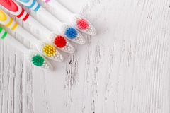 Beaucoup de brosses à dents colorées photo stock
