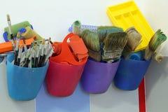 Beaucoup de brosses pour que peindre sèche l'après utilisation dans l'école de la douleur Photographie stock libre de droits