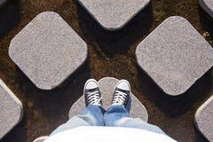 Beaucoup de cônes concrets dans l'eau avec des jambes Images stock
