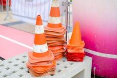 Beaucoup de cônes rayés de route en tant que symboles d'avertissement pour Photos stock