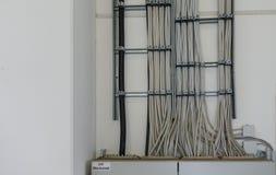 Beaucoup de cables électriques mènent à une boite à fusible photographie stock libre de droits