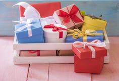 Beaucoup de cadeaux dans une caisse en bois Photos stock