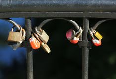 Beaucoup de cadenas colorés comme symbole de l'amour éternel sur le pont Photos stock