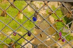 Beaucoup de cadenas colorés d'amour sur la barrière Photographie stock libre de droits