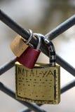 Beaucoup de cadenas colorés d'amour sur la barrière Images libres de droits