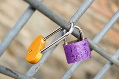 Beaucoup de cadenas colorés d'amour sur la barrière Photo libre de droits