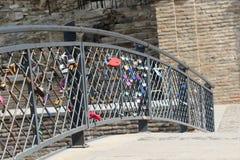 Beaucoup de cadenas colorés d'amour sur la barrière Photos libres de droits
