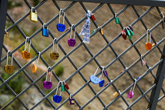 Beaucoup de cadenas colorés d'amour sur la barrière Image libre de droits