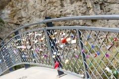 Beaucoup de cadenas colorés d'amour sur la barrière Photo stock