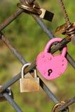 Beaucoup de cadenas colorés d'amour sur la barrière Photographie stock
