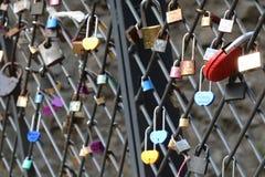 Beaucoup de cadenas colorés d'amour sur la barrière Photos stock