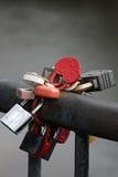 Beaucoup de cadenas de symbole d'amour de mariage enchaînés sur le pont Photos libres de droits