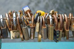 Beaucoup de cadenas fixes à un pont comme marques de l'amour Photo stock