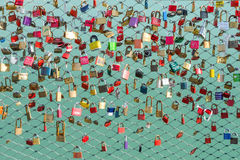 Beaucoup de cadenas sur le pont Photos stock