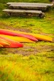 Beaucoup de canoës extérieurs images stock