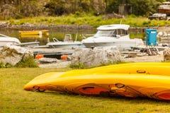 Beaucoup de canoës de jaune extérieurs image libre de droits