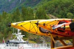 Beaucoup de canoës de jaune extérieurs photo stock