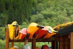 Beaucoup de canoës de kayaks extérieurs photo libre de droits