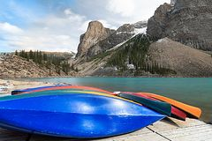 Beaucoup de canoës sur la plate-forme en bois au lac moraine en parc national de Banff image libre de droits