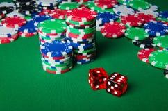 Beaucoup de cartes et de puces de casino Photographie stock libre de droits