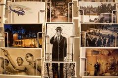 Beaucoup de cartes postales avec de vieilles images, parodies des peintures de Rene Magritte et souvenirs Image stock