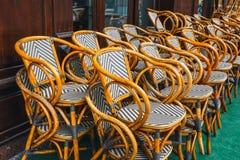 Beaucoup de chaises en bois vides Photographie stock