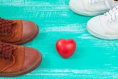 beaucoup de chaussures de toile ou chaussures et coeur d'espadrilles Photographie stock